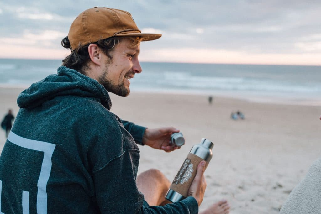 Edelstahl Trinkflasche am Meer mit Korkummantelung